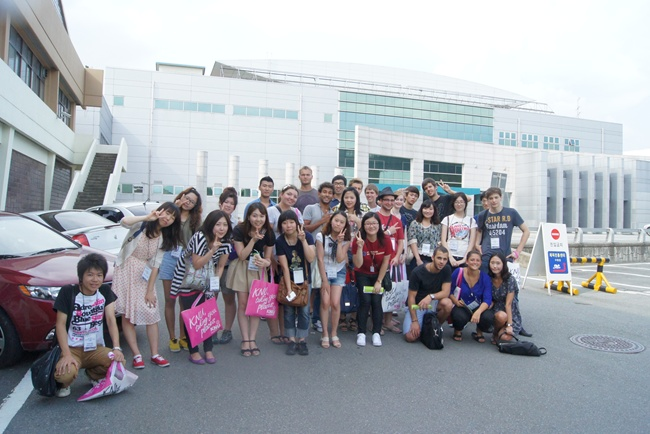 Campus tour with exchange students 관련 이미지입니다.