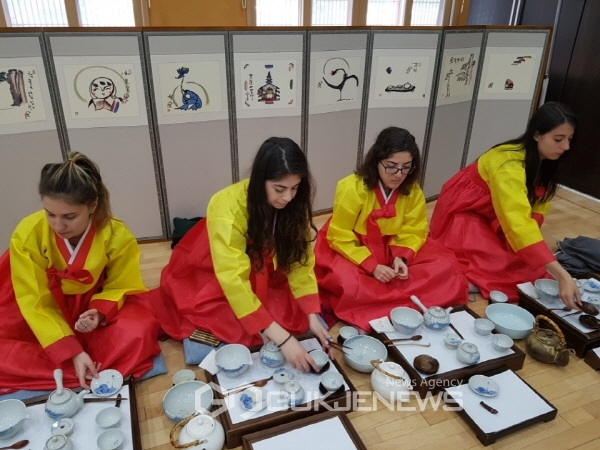 TRADITIONAL CULTURAL EXPERIENCES 관련 이미지입니다.